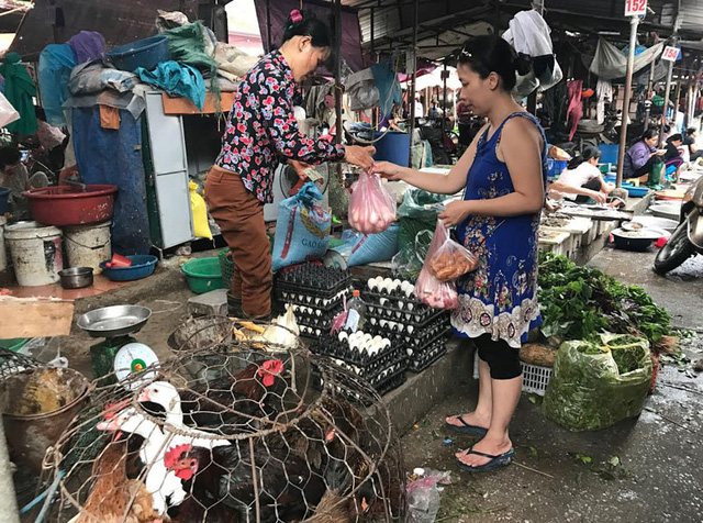 Với những mặt hàng thực phẩm khác, nửa chợ trên cũng bán rẻ hơn nửa chợ dưới rất nhiều