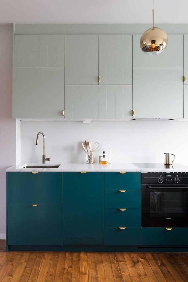 Tủ bếp màu xanh navy và những tay cầm màu vàng gold đã khiến cho phòng bếp trở nên sang chảnh hơn rất nhiều.