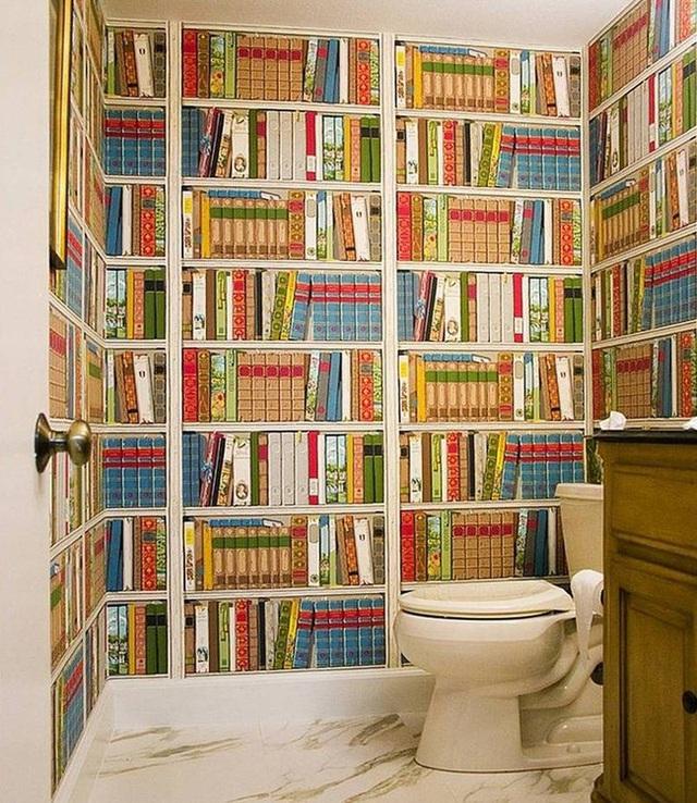 3. Đối với những con mọt sách, phòng tắm này hẳn là một giấc mơ không còn gì tuyệt vời hơn. Thay vì xếp một vài cuốn trên bồn rửa mặt, hãy thiết kế để đặt chúng lên những bức tường xung quanh phòng tắm. Điều này sẽ giúp tránh khỏi bụi bẩn cũng như nước bắn vào sách của bạn.