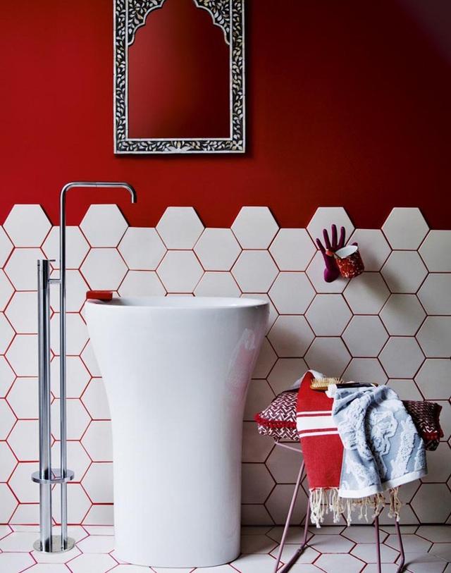 2. Mẫu phòng tắm đầy ấn tượng và cuốn hút với gạch lát hình lục giác và sắc đỏ rực rỡ.