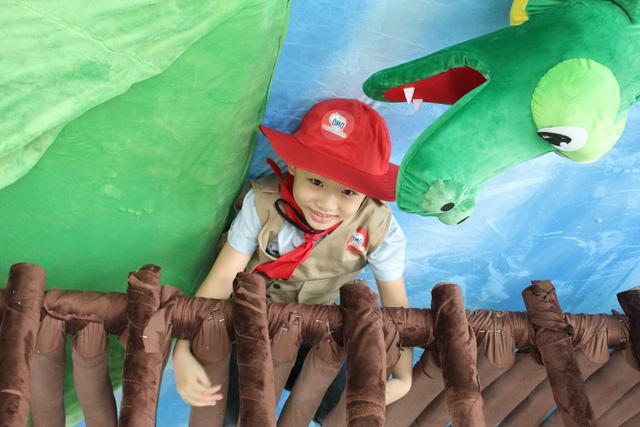 Sân chơi có bề mặt êm dịu, mềm mại vì phủ đầy thú nhồi bông, với các đồ chơi được bọc vải mềm.