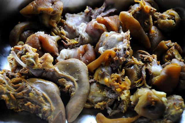 Thịt dê cho món hủ tiếu thường được cắt cục to hơn ngón tay cái, thịt phải có cả da được thui vàng mới là miếng thịt hoàn hảo. Ngoài thịt, mắt, nội tạng, lưỡi, pín, ngầu... đều được sử dụng và được nhiều thực khách ưa thích.         Theo đầu bếp của một quán hủ tiếu dê trên đường Nguyễn Trãi (quận 1), thịt dê phải được khử mùi bằng rượu Mai Quế Lộ và các loại gia vị tẩm ướp khác. Toàn bộ phần thịt xương dê được hầm nhiều giờ, phần nước ngọt từ thịt và xương được dùng để nấu nước lèo.         Óc dê cũng được nhiều vị khách Sài Gòn ưa thích. Bộ óc béo ngậy thường được chọn ăn kèm với hủ tiếu.         Mỗi khách vào quán chỉ cần gọi một khoảng 45.000 đồng đến 50.000 đồng đã có một phần dê hơn 100 gram.         Hủ tiếu dê thường được dùng là loại hủ tiếu mềm của người Hoa, trông như bánh phở.         Các loại rau ăn kèm bao gồm đầu hành.         Lá tía tô, giá sống và hành lá.         Không như hủ tiếu heo hay hủ tiếu gà, hủ tiếu dê gồm hai tô. Một tô chỉ có thịt dê và nước lèo.         Tô còn lại là nước lèo và sợi hủ tiếu.         Nước chấm chính của món ăn là chao sa tế.         Vị cay cay, mùi đặc trưng, cách nêm nếm đậm dà, thiên vị cay của các đầu bếp Sài Gòn khiến món ăn giàu dinh dưỡng càng trở nên hấp dẫn hơn.           Theo Ngôi sao