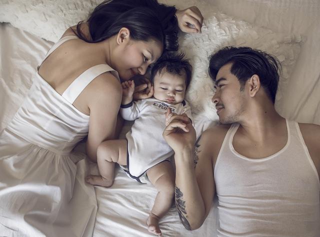 Người xem có thể cảm nhận được niềm hạnh phúc, vui sướng của cặp đôi thông qua từng ánh mắt, cử chỉ họ dành cho nhau cũng như cho con trai bé bỏng.