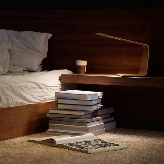 3. Mẫu đèn gỗ độc đáo này là một món đồ không thể thiếu nơi đầu giường của mọi mọt sách.