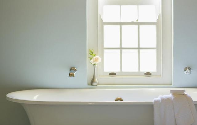 Một chút nước ấm khi tắm trước lúc quan hệ sẽ là cách giúp bạn. Hơi nóng có thể làm giảm các cơn đau. (ảnh minh họa)