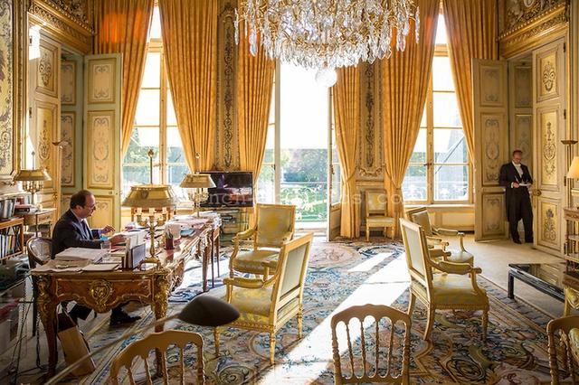Tổng thống vừa mãn nhiệm François Hollande trong Salon Doré hay còn gọi là Phòng Vàng, văn phòng làm việc chính thức của các đời tổng thống Pháp. Theo truyền thống, khoảng cách giữa chiếc ghế xếp xung quanh chiếc bàn Đệ nhất Pháp quốc trong Phòng Vàng luôn đúng 60 cm.
