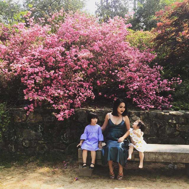 Chị Quỳnh Trần (Honey Q Tran) đang sống hạnh phúc tại Mỹ cùng chồng và hai cô con gái nhỏ đáng yêu.