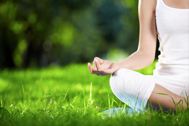 Tập luyện yoga kết hợp với uống nước i-on kiềm giúp thải độc trong cơ thể - Ảnh minh họa