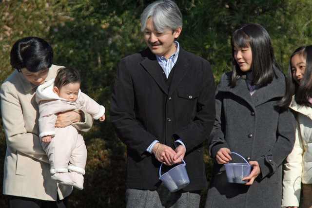 Năm 2006, em trai của Mako, Hoàng tử Hisahito và cũng là cháu trai duy nhất của Nhật hoàng Akihito, chào đời. Trong ảnh, Công chúa Mako (thứ 2 từ phải sang) cùng cha mẹ và 2 em đi dã ngoại ở công viên Shiosai thuộc tỉnh Kanagawa vào năm 2007.