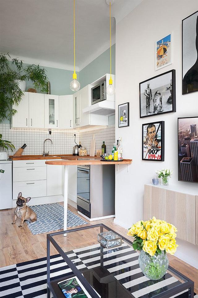 Khu bếp nhỏ xíu nhưng rất đầy đủ và tiện nghi. Nhà nhỏ nên gia chủ đã sử dụng cả nội thất đa năng. Chẳng hạn chiếc bàn bar ở khu bếp hoàn toàn có thể gấp gọn lại khi không sử dụng đến.