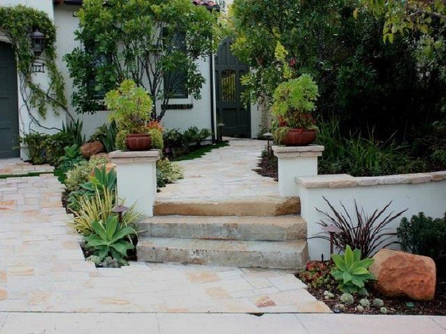 Trở về với phong cách dân dã từ sàn gạch xưa, bệ đá cổ thì bạn nên chọn cho khu vườn của mình các loại cây đặc trưng như: xương rồng, cây xanh hoặc cây ăn quả nhiều năm tuổi là thích hợp nhất.