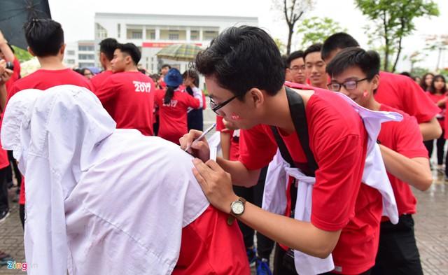 Giống như các anh chị khóa trước, khi chi tay, nhiều nam, nữ sinh cũng viết ký tặng nhau lưu bút trên áo làm kỷ niệm.