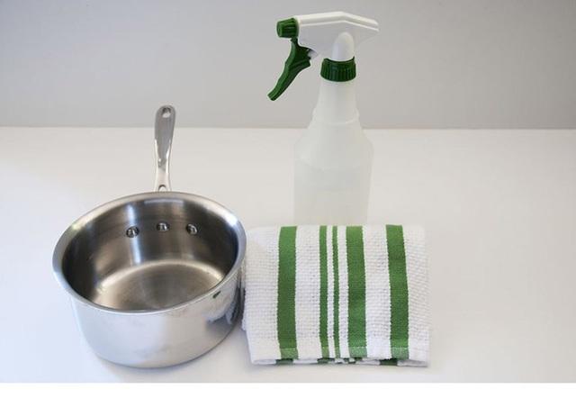 Hãy dùng khăn sạch khô sau khi tráng xoong để giải quyết vấn đề này. Đôi khi, nước cũng là kẻ thù của thép không gỉ.