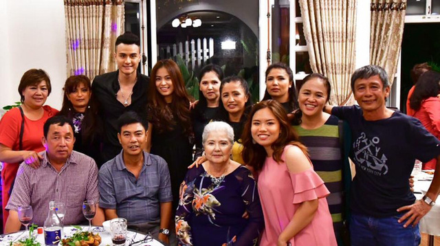Bức ảnh đại gia đình nam siêu mẫu chụp chung, dường như họ đang ngầm khẳng định Hoàng Thuỳ Linh là một thành viên trong gia đình.