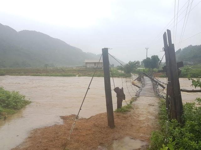 Cầu treo Nà Phát, xã Phúc Than, huyện Than Uyên bị lũ cuốn làm hư hỏng nặng không thể lưu thông