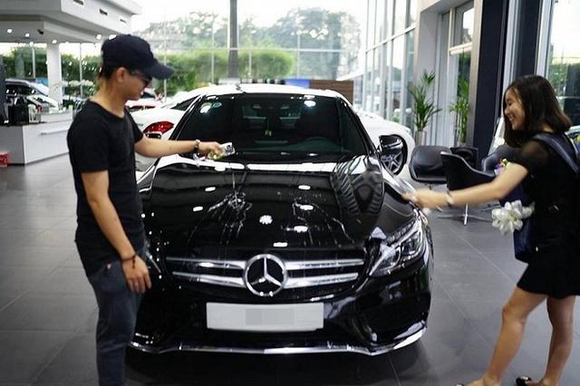 Bạn gái cũng có mặt trong buổi nhận xe của Hoài Lâm.