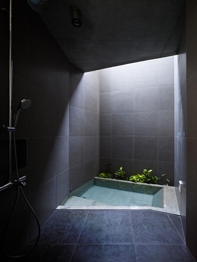 Kiến trúc sư Keiji Ashizawa chắc chắn rằng thiết kế này sẽ giúp bồn tắm chìm xuất hiện đơn giản, hiện đại nhưng đồng thời sẽ trở thành một chiếc sân trung tâm. Điều này cho phép mỗi phòng nhận được đầy đủ ánh sáng mặt trời và tạo ra không gian vô cùng rộng rãi. Đồng thời, ngôi nhà vẫn có thể đóng cửa với cách bài trí nội thất đảm bảo sự riêng tư. Toàn bộ ngôi nhà được thiết kế để cảm nhận gần gũi với thiên nhiên, và tất nhiên không thể thiếu sự góp mặt quan trọng của bồn tắm chìm.