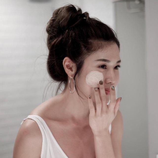Độ pH cao của nhiều loại sữa rửa mặt chính là nguyên nhân khiến da bạn bị khô, căng rít ngay sau khi rửa mặt.