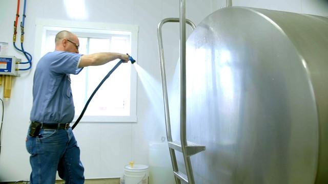 Các dụng cụ và bình chứa đựng mẫu thử thường xuyên được làm sạch và khử trùng