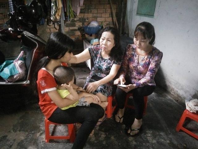 Bà Trần Thị Hương cùng luật sư Trần Thị Ngọc Nữ đến thăm hỏi, động viên và giúp đỡ bé L. đòi lại công bằng.