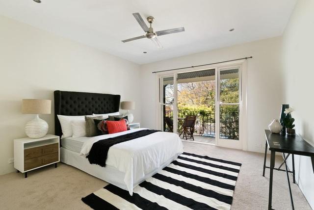 Một phòng ngủ sáng và mở có thể thực sự được hưởng lợi từ một tấm thảm màu đen và trắng kẻ sọc, đem lại cảm giác được chào đón.