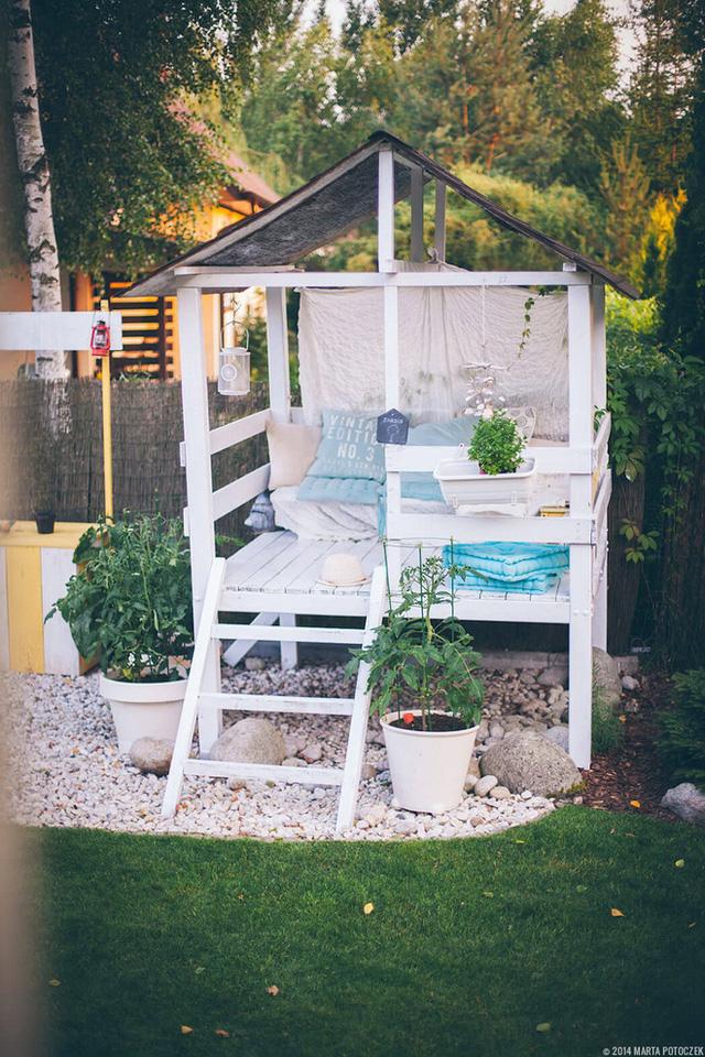 3. Nếu muốn vườn sau nhà mình theo phong cách sang trọng thì bạn có thể xây dựng một nhà nghỉ mini theo phong cách quý phái. Sẽ tuyệt vời cho bạn khi nằm đây và thưởng thức thời gian thư giãn đấy.
