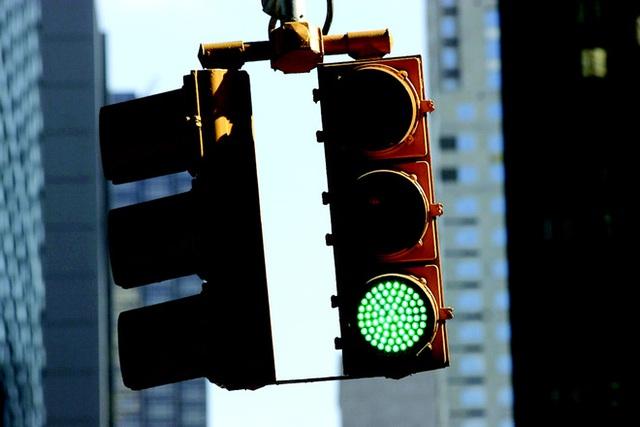 Hệ thống đèn giao thông của hầu hết các quốc gia đều có 3 màu xanh, đỏ, vàng.