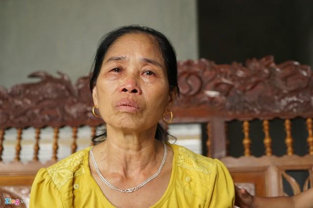 Bà Tho không kìm được nước mắt khi kể về đời mình. Hiện, bà mong muốn được chính quyền địa phương hỗ trợ hoàn thiện các thủ tục nhận chế độ vợ liệt sĩ bị gián đoạn nhiều năm. Ảnh: Hoàng Như.