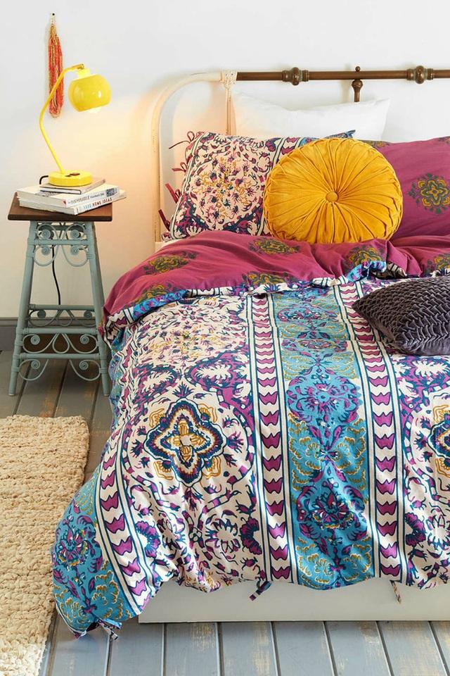 Bộ đồ giường có nhiều màu sắc với các hoa văn và màu sắc bắt mắt.