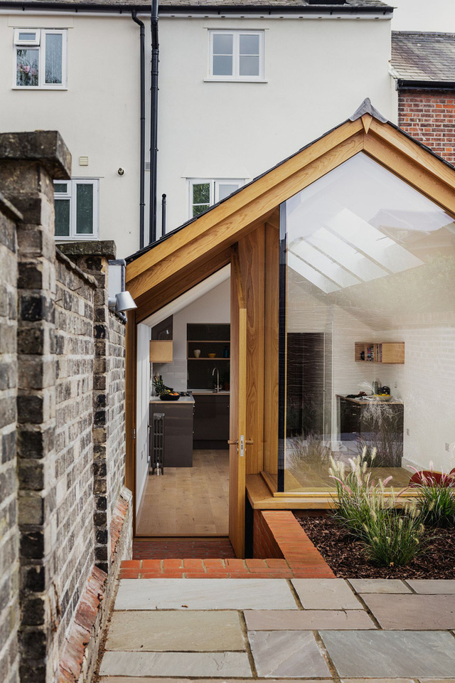 Cửa sổ bằng kính lớn phía ngoài hiên đem lại sự khác biệt hoàn toàn lớn cho ngôi nhà có diện tích nhỏ và hẹp hình ống này.