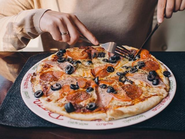 Thường xuyên thèm ăn cũng là dấu hiệu không nạp đủ calorie cần thiết. Ảnh: Shutterstock.