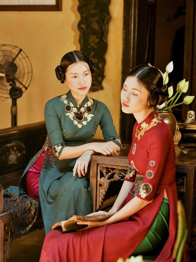 """BST áo dài Sen Vàng từng được giới mộ điệu gọi là """"hiện tượng thời trang"""" khi trình diễn tại Festivak Áo Dài Huế 2017 và có mặt trên tạp chí Heritage"""
