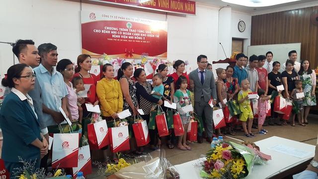 Công ty Kim Phát và Việt Hưng Phát trao những phần quà ý nghĩa cho bệnh nhân có hoàn cảnh khó khăn.