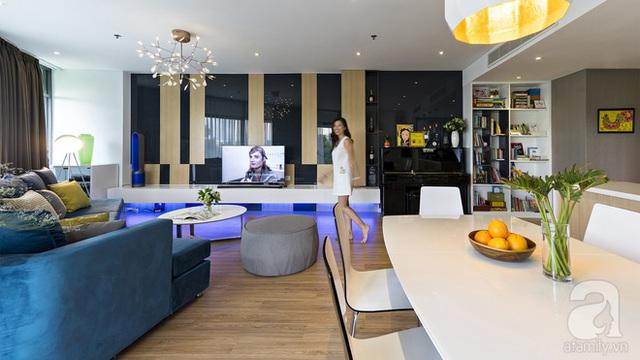 Các mảng trang trí màu trầm được tiết chế vừa phải và làm từ các chất liệu hiện đại khiến không gian phòng khách có nhiều điểm nhấn đẹp mắt.