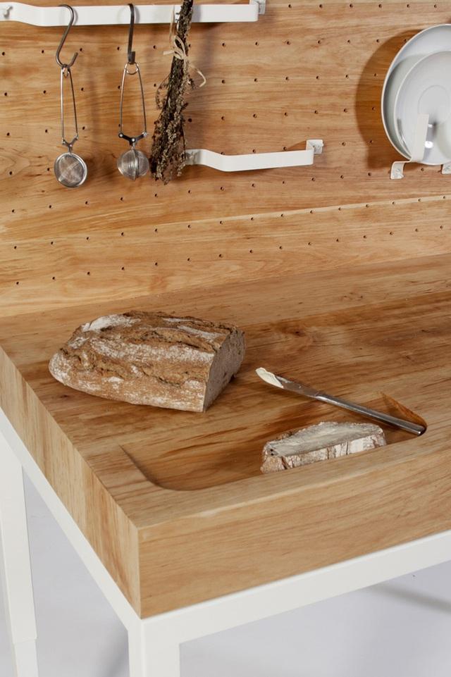 Các lỗ nhỏ được đục trên mặt phẳng vuông góc với bồn rửa được sử dụng tùy ý. Bạn có thể tạo các móc treo để treo vật dụng giúp căn bếp gọn gàng, thông thoáng.