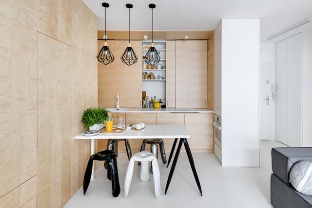 Tông màu chính của căn hộ là gỗ nhạt và trắng, giúp có cảm giác rộng hơn diện tích thực.