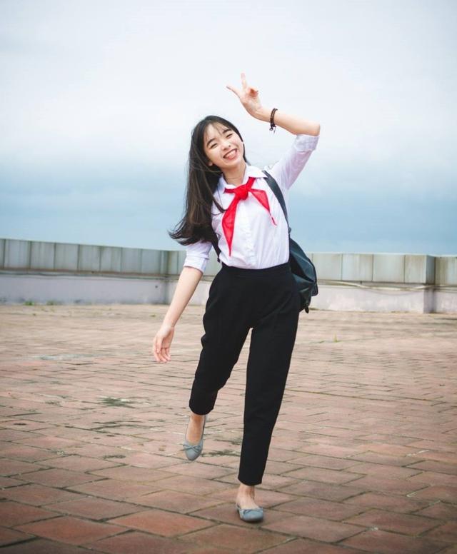 Cô bạn được bạn bè đánh giá là người vui vẻ, năng nổ trong các phong trào của trường lớp.