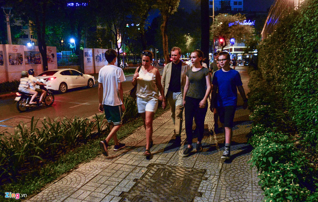 Ít người trên đường phố Sài Gòn nhận ra vị đạo diễn tài ba của hàng loạt phim bom tấn như Dunkirk, bộ ba The Dark Knight, Inception, Interstellar...