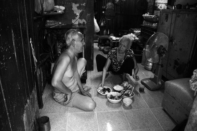 Sống tích cóp, vợ chồng ông lão mù cũng mua được căn nhà nhỏ trong hẻm để làm nơi tá túc, nhưng chưa kịp sắm sửa vật dụng trong nhà thì ông Quang lại đổ bệnh, phải nằm viện liên tục. Ngôi nhà vừa mua, vợ chồng ông đành bán đi trả nợ, rồi thuê lại với giá 1 triệu đồng/tháng.