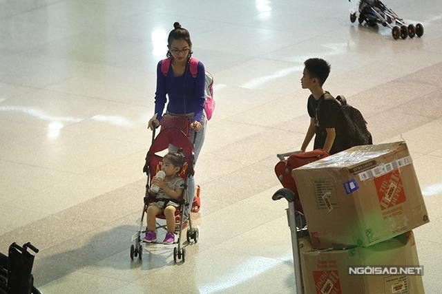 Kim Hiền chia sẻ, dịp Sonic được nghỉ hè, cô đã quyết định cùng hai con về nước trong 3 tuần. Đã xa Việt Nam hơn 2 năm, cô rất nhớ nhà và người thân.