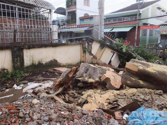 Đoạn tường rào của Công ty Cổ phần In Tiền Giang bị đổ sập