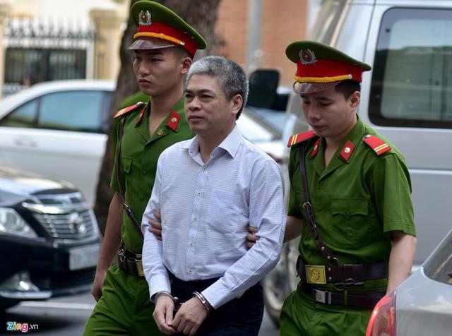 Nguyễn Xuân Sơn (cựu Tổng giám đốc Oceanbank) là bị cáo thứ 2 được đưa vào phòng xử. Giống Hà Văn Thắm, Sơn bị đề nghị truy tố thêm tội Tham ô tài sản, tội danh có khung hình phạt lên đến tử hình.