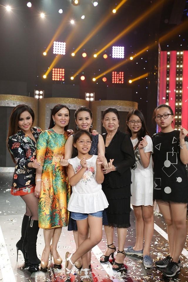 Minh Tuyết, Hà Phương và Cẩm Ly bên mẹ. Ba ca sĩ đều là những người thành công trong cuộc sống. Hà Phương được biết đến như vợ tỷ phú giàu có bậc nhất trong giới người Việt tại Mỹ.