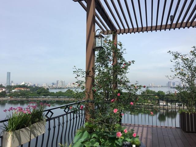 Chốn riêng tư lãng mạn của chị Mộc Lan nằm ven hồ Tây, nơi có góc nhìn đẹp và thoáng mắt. Chị bắt đầu việc phủ kín nơi đây bằng hoa hồng từ khoảng 1,5 năm trước. Tới nay, khu vườn nhỏ của chị Lan có khoảng 10 gốc hồng lớn, nhiều cây hồng mini và vô số loài hoa rực rỡ màu sắc khác.