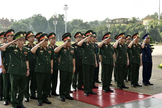 Đoàn đại biểu Quân ủy Trung ương và Bộ Quốc phòng viếng Chủ tịch Hồ Chí Minh. Ảnh: VGP/Nhật Bắc