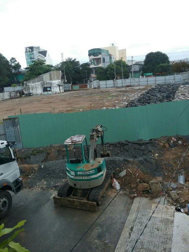 Đường số 1 bị đào xớt và rào bít lối thông ra đường Lê Trọng Tấn