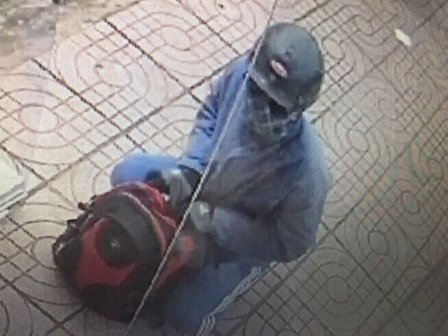 Lúc này, một nam khách hàng cùng bảo vệ dùng ghế ném vào tên cướp khiến hắn bỏ chạy.