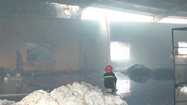 Bất chấp nỗ lực chữa cháy, ngọn lửa vẫn lan rộng khắp kho chứa bông, sợi của nhà máy.
