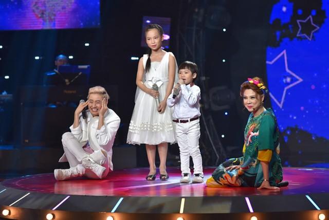 Thanh Long 4 tuổi nhưng tự tin hát cùng chị gái. Ảnh: Katsu Team.