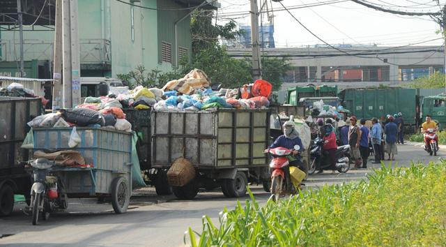 Xe chở rác về chiếm hết đường đi của người dân